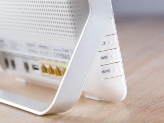 Ein weißes DSL Modem steht auf einem Tisch