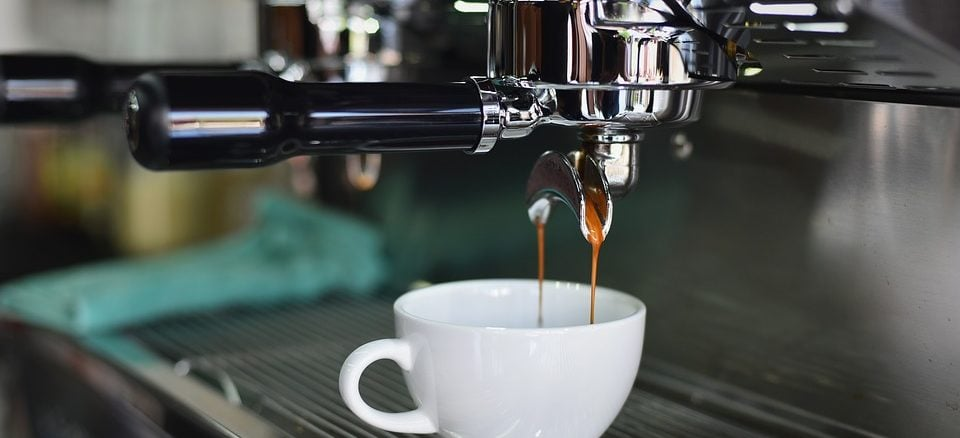Kaffeevollautomat in der Nahaufnahme mit weißer Tasse