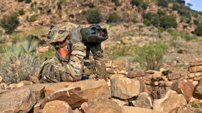 Ein Soldat schaut durch ein Fernglas.