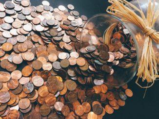 Viele Münzen liegen auf einem Tisch
