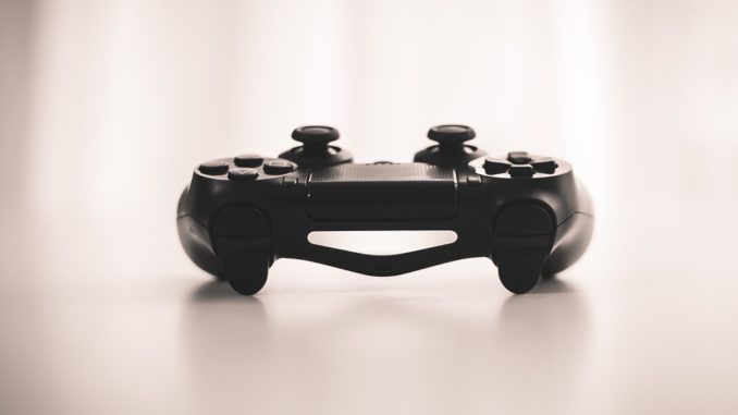 Playstation 4 Controller liegt auf dem Tisch