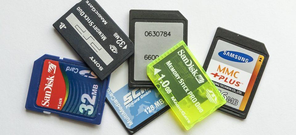 SD Karten auf einem Haufen mit weißem Hintergrund
