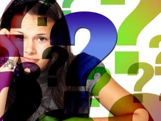 Ein junges Mädchen schaut ratlos. Vor ihr sind ganz viele Fragezeichen abgebildet.