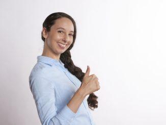 Eine junge Frau freut sich über den Abschluss eines neuen Internetvertrages.
