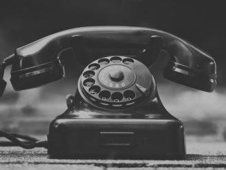 Ein schwarzes Retro-Telefon aus den 80er Jahren