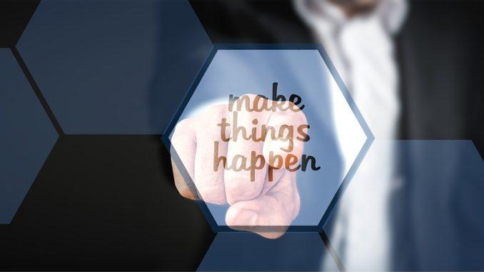 make things happen steht in schwarzer schrift auf blauem grund