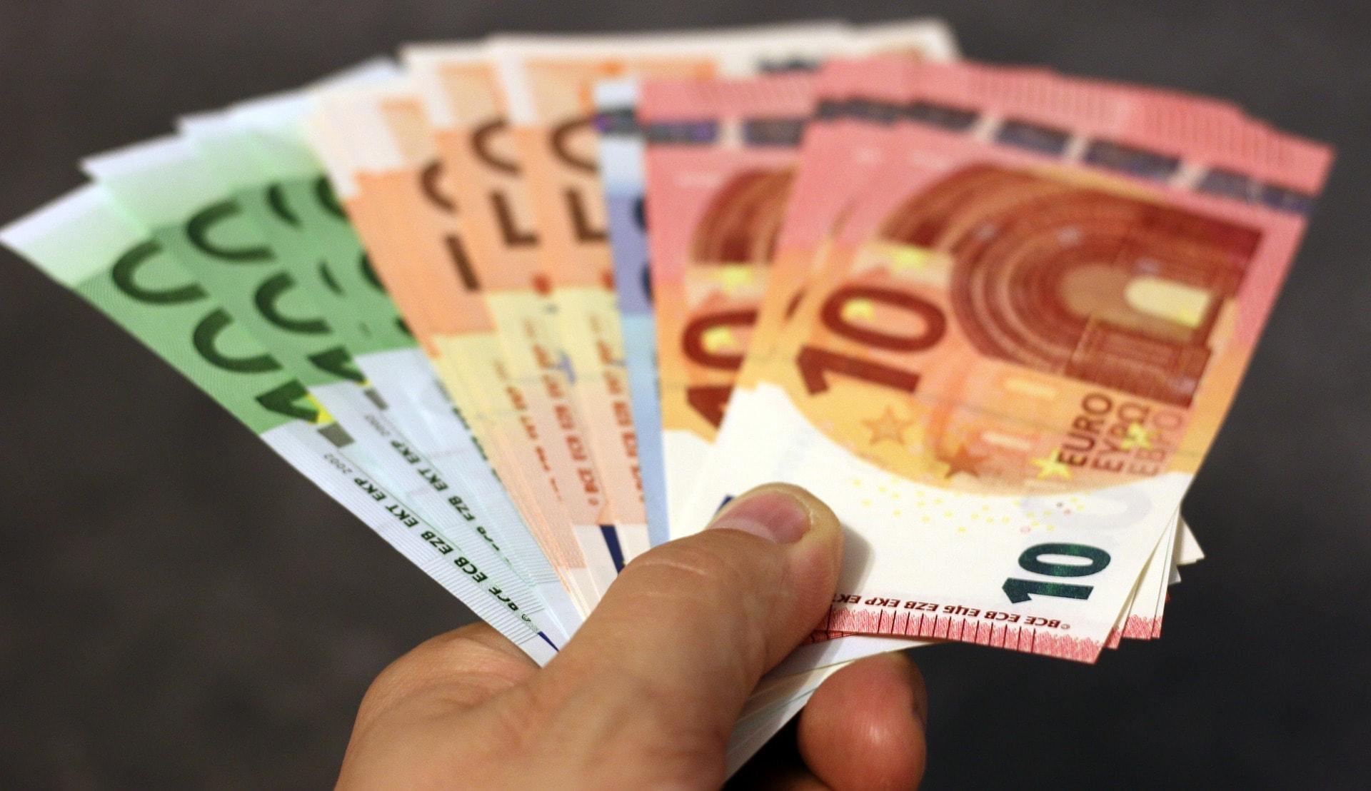 Euro Geldscheine in Hand