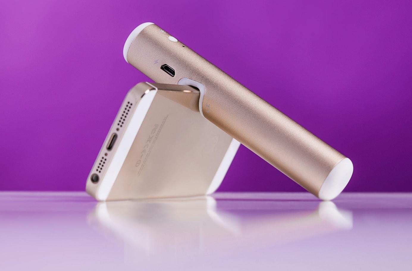 Eine goldene Powerbank und ein goldenes Smartphone