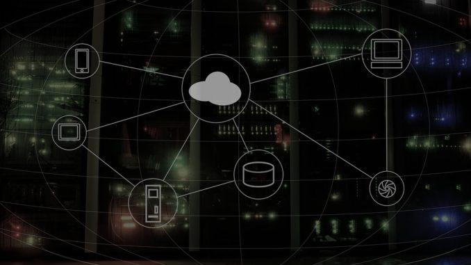 Eine weiße Wolke auf schwarzem Hintergrund (Cloud Computing)