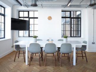Weißter Tisch mit grauen Stühlen