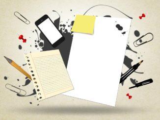 Skizze mit Notizblock Handy und Stift