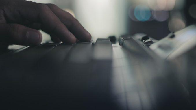 Jemand tipp mit den Fingern auf einer PC Tastatur