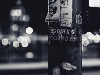 Big Data steht in weißer Schrift auf schwarzem Grund