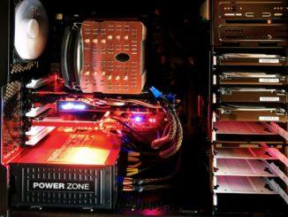 PC Innenleben Hardware rot ausgeleuchtet