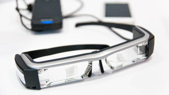 Datenbrille liegt auf weißen Tisch