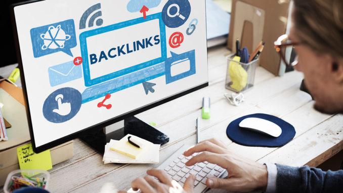 Backlinks steht auf einem Monitor in blauer Schrift