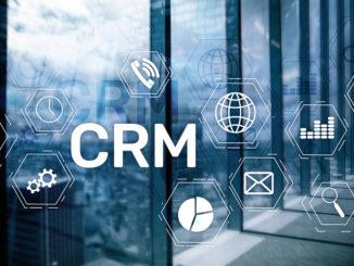 CRM steht in weißer Schrift auf blauem Hintergrund