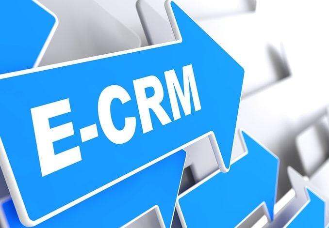 E-CRM als Logo in weißer Schrift auf blauem Hintergrund