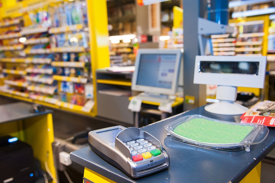 Eine Kasse im Supermarkt mit elektronischem Zahlungsgerät