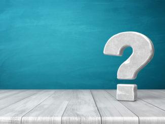 Weiß-graues Fragezeichen vor blauem Hintergrund