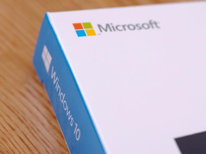 Windows 10 Cover / Hülle liegt auf dem Tisch