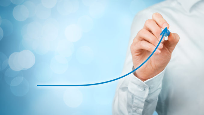 Entwicklungs-, Wachstums- und Verbesserungskonzepte. Geschäftsmannplanwachstum und Zunahme der positiven Indikatoren in seinem Geschäft wie Leistungsfähigkeitsproduktivitätsbewertungsumsatz und -erfolg.