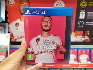 Hand hält Fifa 20 für PS4 im Laden vor die Kamera.