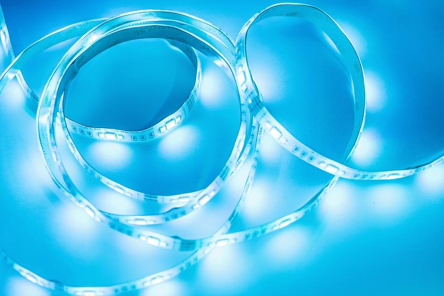 Heller Neon-LED-Streifen leuchtet blau. Exemplar.