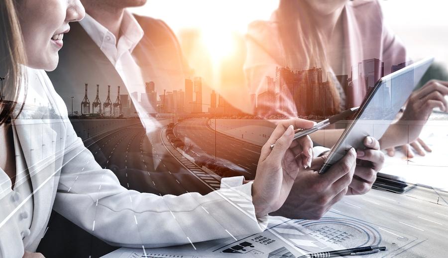 Doppelbelichtungsbild von Geschäftsleuten Gruppensitzung auf Stadtbürogebäude im Hintergrund, der Partnerschaftserfolg des Geschäftsabkommens zeigt. Konzept der Unternehmensteamarbeit, des Vertrauens und der Arbeitsvereinbarung.