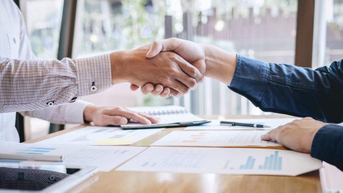 Abschluss eines Gesprächs nach der Zusammenarbeit, Händedruck von zwei Geschäftsleuten nach Vertragsabschluss zu einem Partner, kollaborative Teamarbeit.