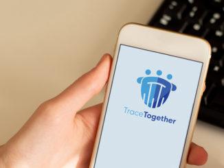 Eine Tracing-App auf einem weißen Smartphone