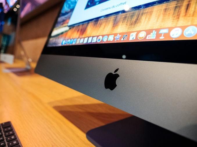 Detail des Apple-Logos auf dem neuen iMac Pro, dem All-in-One-PC im Apple Computers Store.