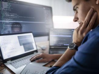 Ein Softwareentwickler sitzt am Notebook