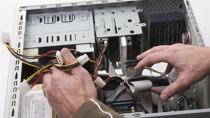 Ein Mann repariert einen Desktop-Computer