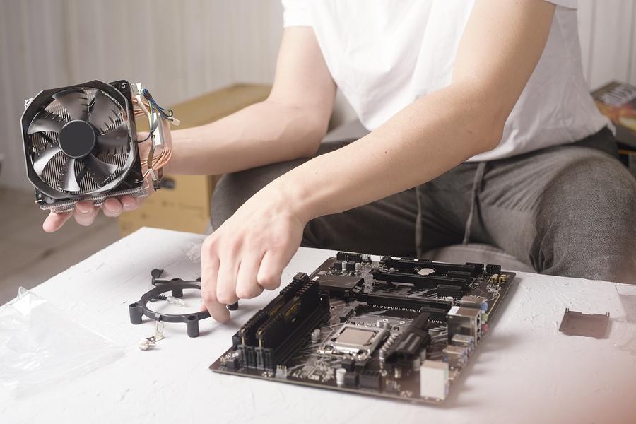 Ein Mann repariert einen Computer-Lüfter