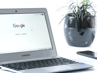 Auf einem Notebook ist die Google-Suche zu sehen