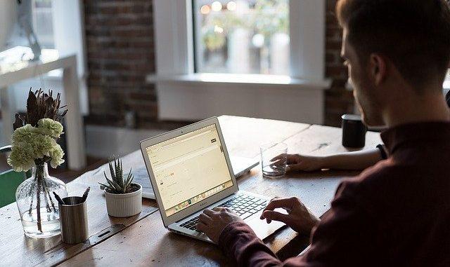Eine Person arbeitet am Notebook an Microsoft Office