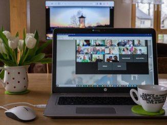 Ein Notebook auf dem ein Online-Meeting mit Kollegen abgehalten wird.
