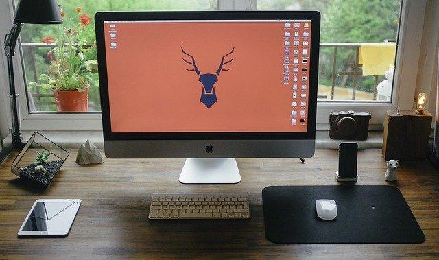 Ein großer Desktop-Bildschirm im Home-Office