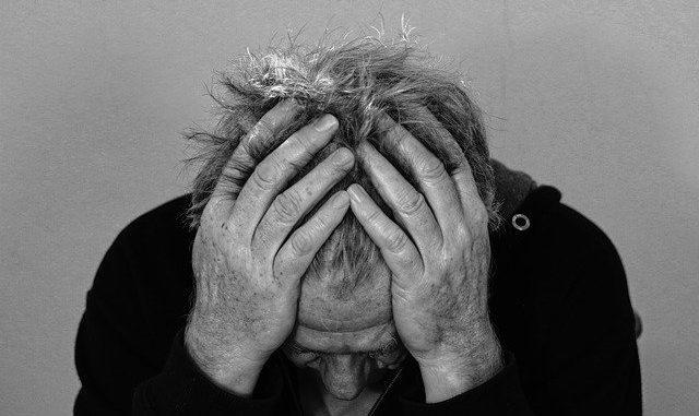Ein Mann mit Kopfschmerzen