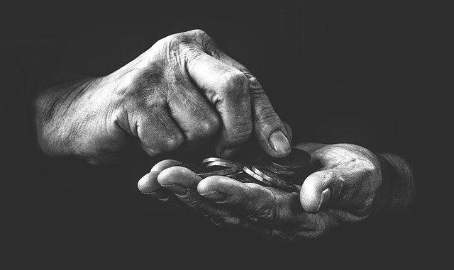Zwei Hände mit Münzen in der Hand