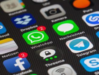 Diverse Apps auf einem Smartphone Display.