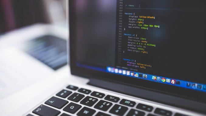 Laptop mit HTML Daten auf dem Bildschirm
