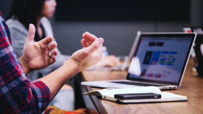 Business-Meeting mit Laptops auf dem Tisch