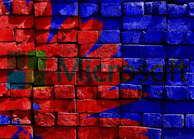 Microsoft Logo auf rot blau gestrichener Wand