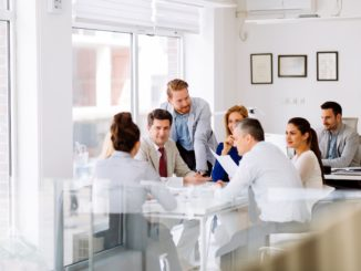 Büroleute sitzen im Meeting zusammen