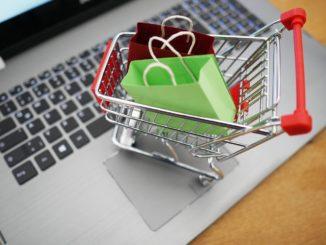 Mini Einkaufswagen steht auf Laptoptastatur