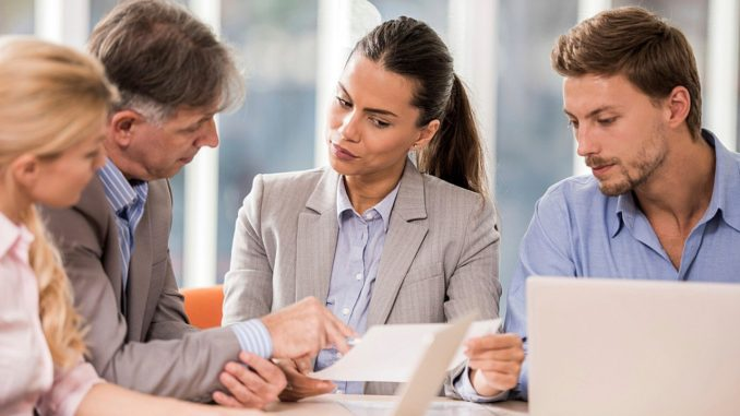 Büromitarbeiter sitzen zusammen im Meeting