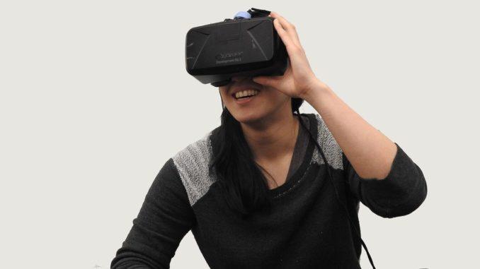 Frau trägt eine VR Brille
