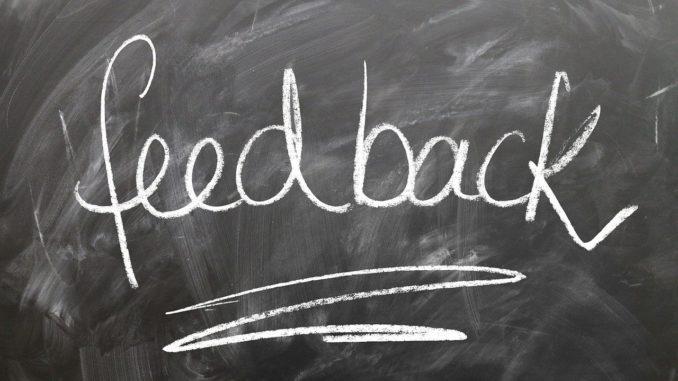 Das Wort feedback mit Kreide auf dunkler Tafel geschrieben